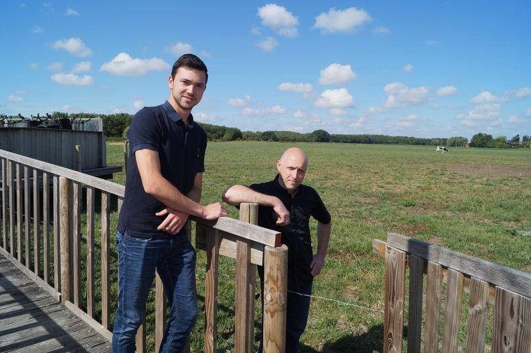 Kurt Dely samen met zoon Melvin op de brug naar het terras aan de achterkant van de zuivelhoeve. Ongeveer op de plek waar de koe graast komt een windmolen.