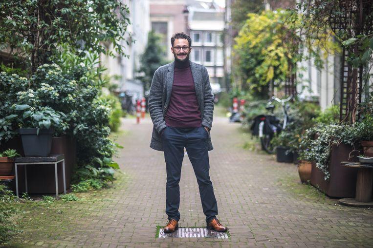Dave Boomkens, biograaf van Liesbeth List, in de Roomolenstraat in Amsterdam. Beeld Joris van Gennip