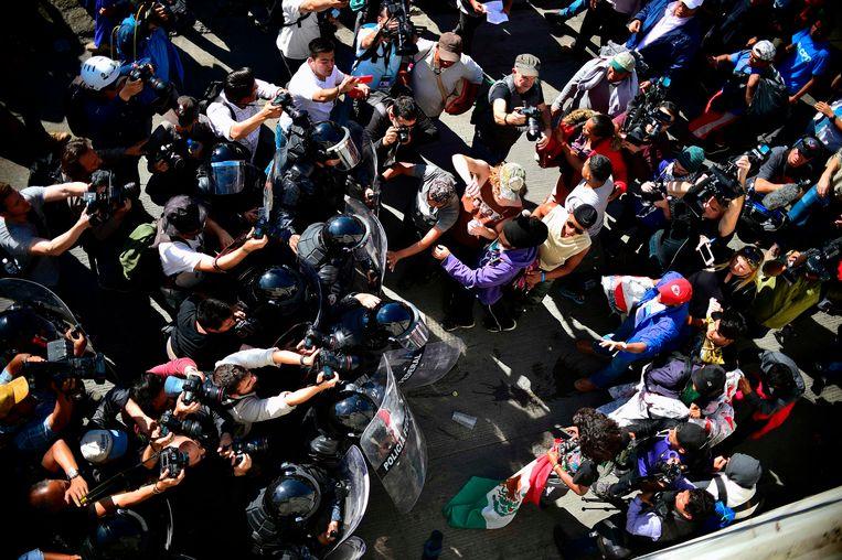 De Mexicaanse politie probeert migranten weg te houden bij de Amerikaanse grens Beeld AFP