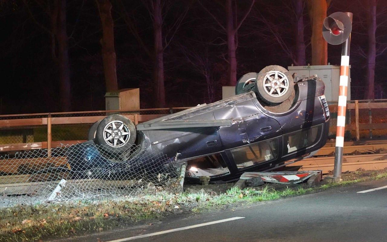 De auto die over de kop sloeg en op de spoorwegovergang tot stilstand kwam.