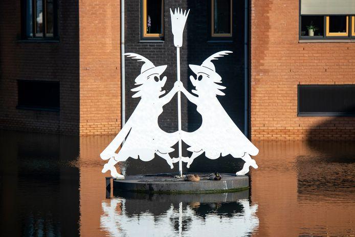 Kunstwerk 'Witte Wieven' van Martin van Onna in Huissen.