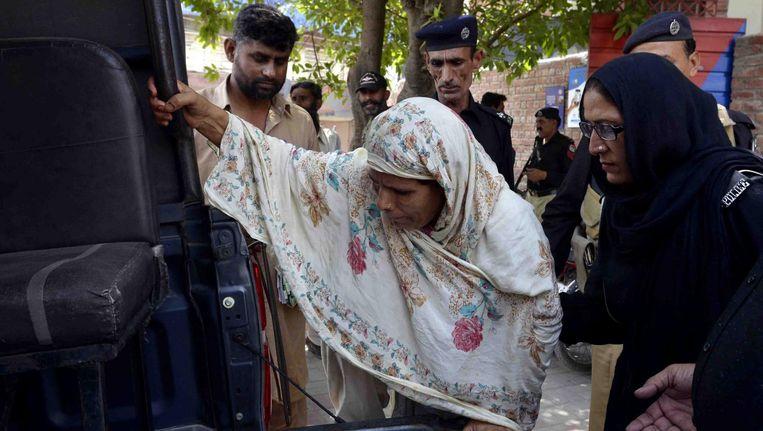 Politieagenten nemen Paveen Rafiq mee naar de rechtbank in Lahore, Pakistan, 10 juni 2016. Beeld epa