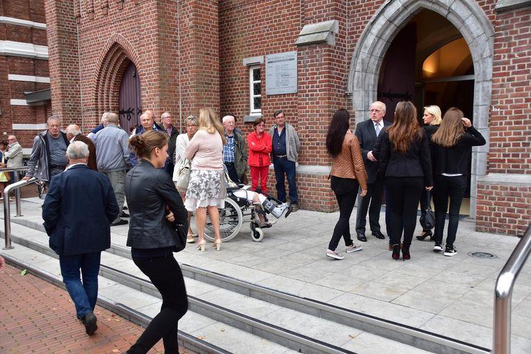 De rouwenden bij de Heilig Hartkerk even verderop. De twee uitvaartplechtigheden die in de Sint-Tillokerk gepland stonden, vonden daar met wat vertraging toch plaats.