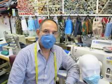 Vrouwen kiezen voor een mondkapje met tijgerprint van Rijswijkse kleermaker