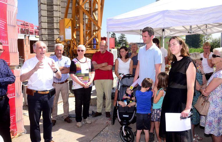 Buurtbewoners kwamen luisteren naar wat men vertelde over het nieuwe woonproject.