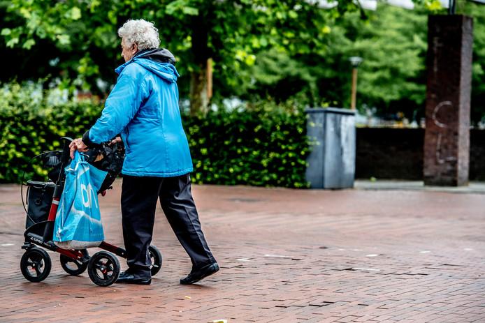 2018-06-22 00:00:00 XTRA - Ouderen in Rotterdam. ANP COPYRIGHT ROBIN UTRECHT