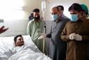 Mohammed Zubair ligt in een ziekenhuis in Karachi. Hij overleefde de vliegtuigcrash. Om hem heen staan enkele hoogwaardigheidsbekleders, onder wie minister Saeed Ghani van de provincie Sindh (tweede van rechts, met bril)
