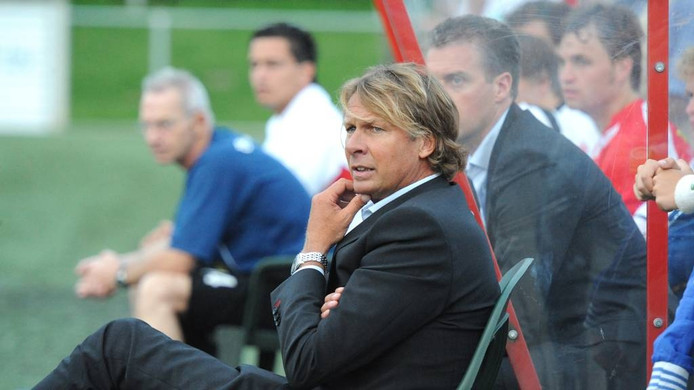 Hans Kraaij jr. op de bank bij JVC. Hij keert terug bij FC Lienden.