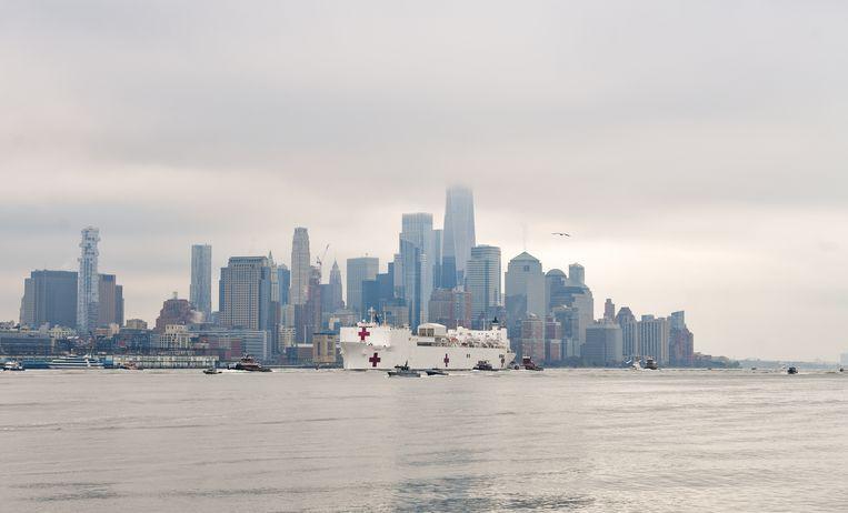 The Comfort, een drijvend ziekenhuis annex marineschip, vaart over de Hudsonrivier in New York. Beeld Getty Images