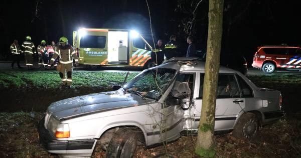 Automobiliste gewond door botsing met boom bij Duiven.