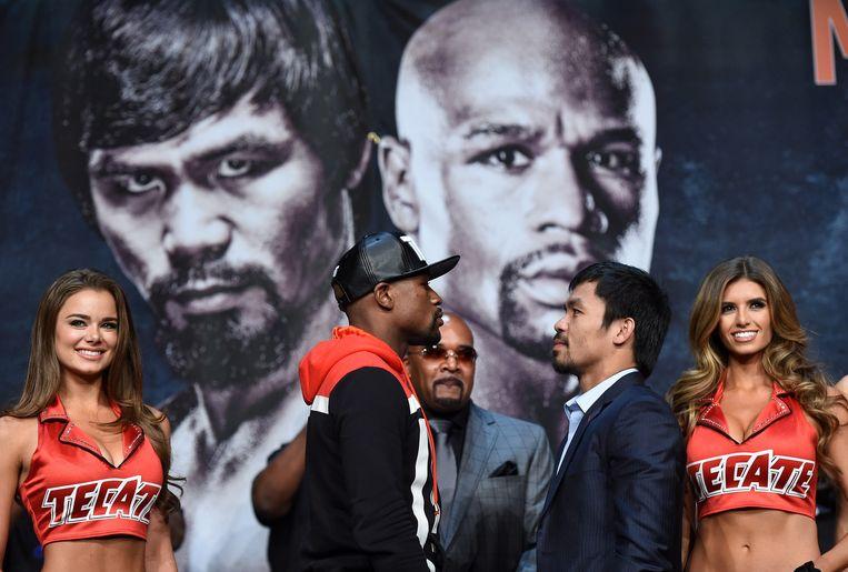 Mayweather (links) en Pacquiao tijdens een persconferentie gisteren. Beeld getty