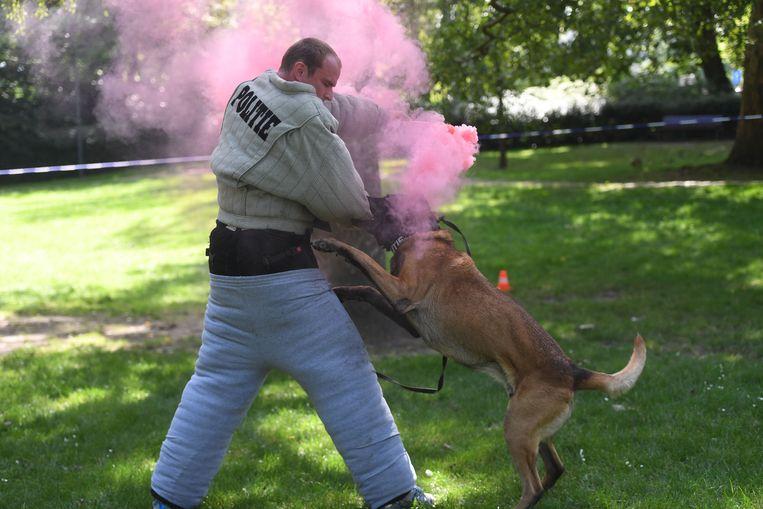 Beer valt tijdens de training een man met een fictieve rookbom aan.