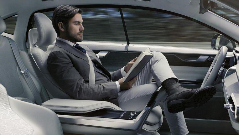 Op de langere termijn komen er auto's die online met elkaar in verbinding staan. Die kunnen in konvooi dicht op elkaar rijden. Beeld Volvo