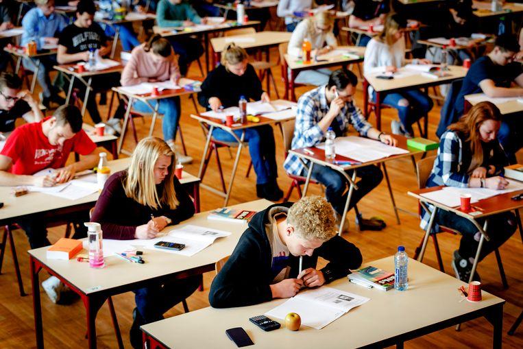 Leerlingen van het Comenius College in de aula bij de start van de eindexamens. Beeld anp