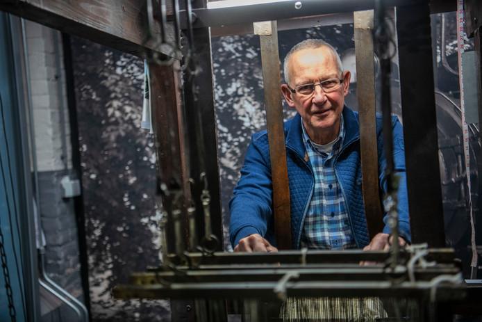 Bert Vermeer is een van de 2 (vrijwillige) directeuren van het Weverijmuseum. Zijn collega Pieter Flaming was wegens griep niet aanwezig. Het getouw op de foto maakt (nu nog steeds) smeerkussens voor locomotieven. Het product is een van de inkomstenbronnen van het museum.