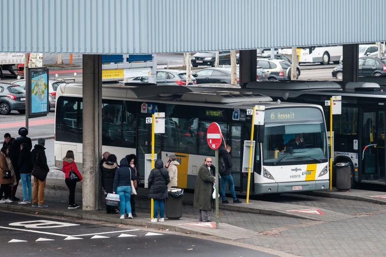 De bussen van De Lijn stoppen en vertrekken weer als vanouds aan het station van Genk, althans tijdens de ochtend- en avondspits. Tussendoor rijden minder chauffeurs uit.
