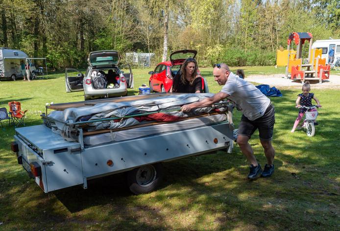 Toeristen maken zich op voor een mini-vakantie op camping De Wildhoeve in Emst.