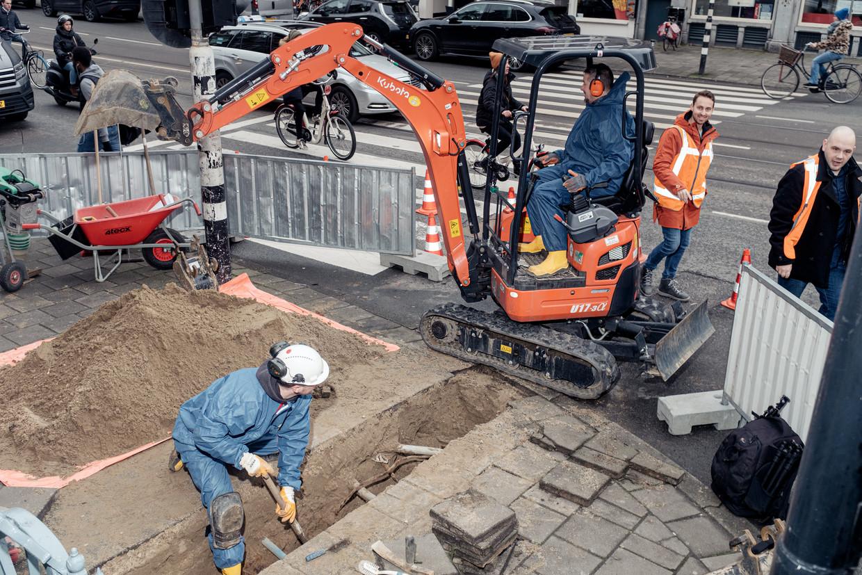 Voorproefje van de hinder voor passanten en werklui op de hoek van Raadhuisstraat en Herengracht. Beeld Jakob Van Vliet