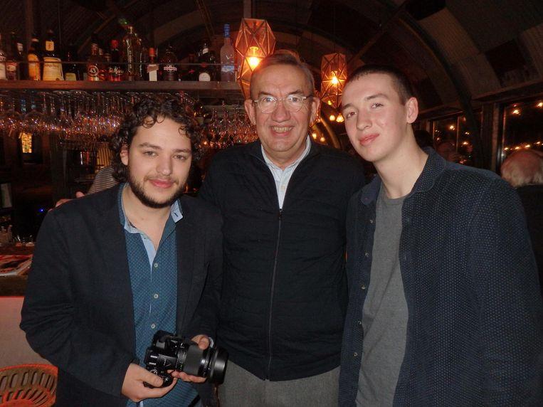 De stagiaires Nico Hofstra (l) en Stijn Zwaagstra, en een trotse vader Hidde Zwaagstra (mediabureau MEC) Beeld Schuim