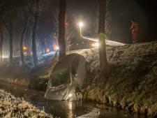 Auto rijdt van de weg en belandt in de sloot bij Nigtevecht