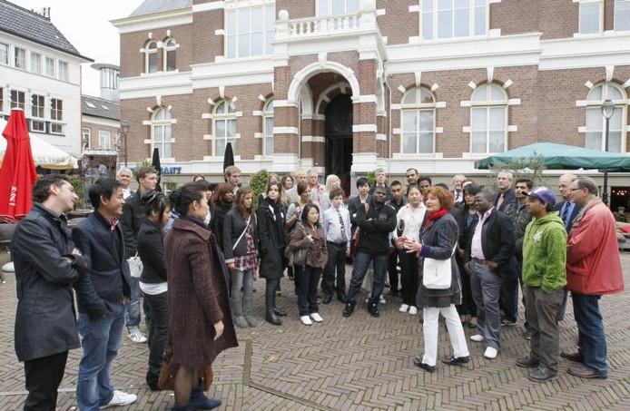 Studenten van Hogeschool Wittenborg, een nieuwe hbo in Apeldoorn, kregen gisterochtend een rondleiding door de binnenstad. foto Cees Baars