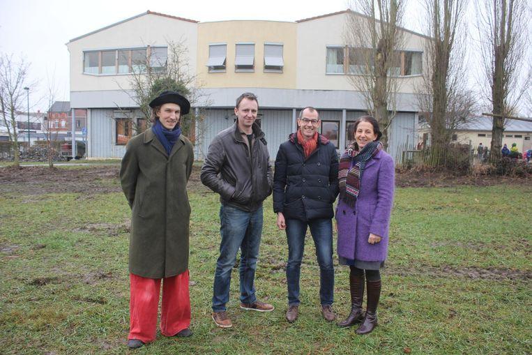 De iniatiefnemers op een rijtje: leerkracht Karel Van Der Hoeff, ouders Tim De Backer en Tom De Pelsmaeker en oud-directrice Lieve Daem.