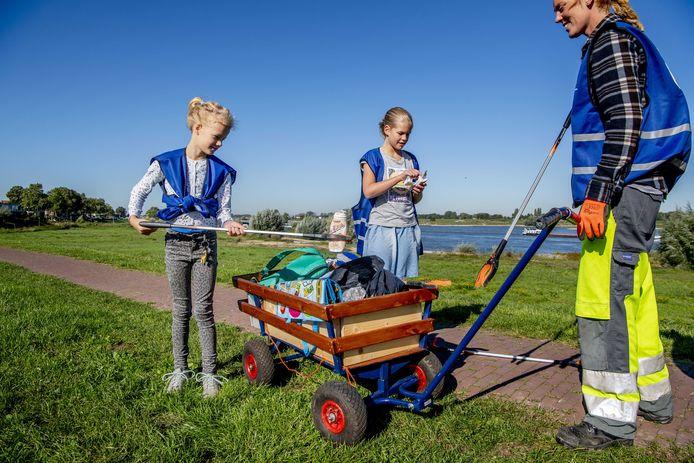 2019-09-21 10:59:00 ZALTBOMMEL - Vrijwilligers ruimen zwerfafval op tijdens World Cleanup Day, een wereldwijde burgeractie om het probleem van zwerfvuil aan te pakken door het organiseren van opruimacties. ANP ROBIN UTRECHT