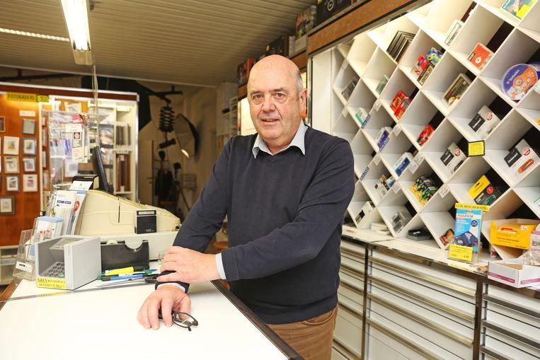 Michel Heuninckx in zijn bekende fotografiewinkel.