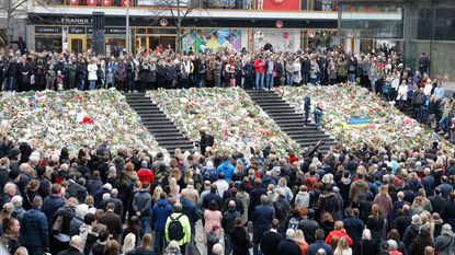"""Minuut stilte in Zweden: """"Stockholm blijft open en tolerante stad"""""""
