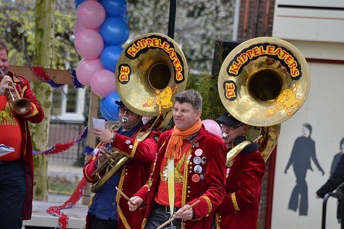 Optreden van de Klippeleaters uit Nuenen op het Hengels Dweilfestival. foto Rick Aalbers/De Gelderlander