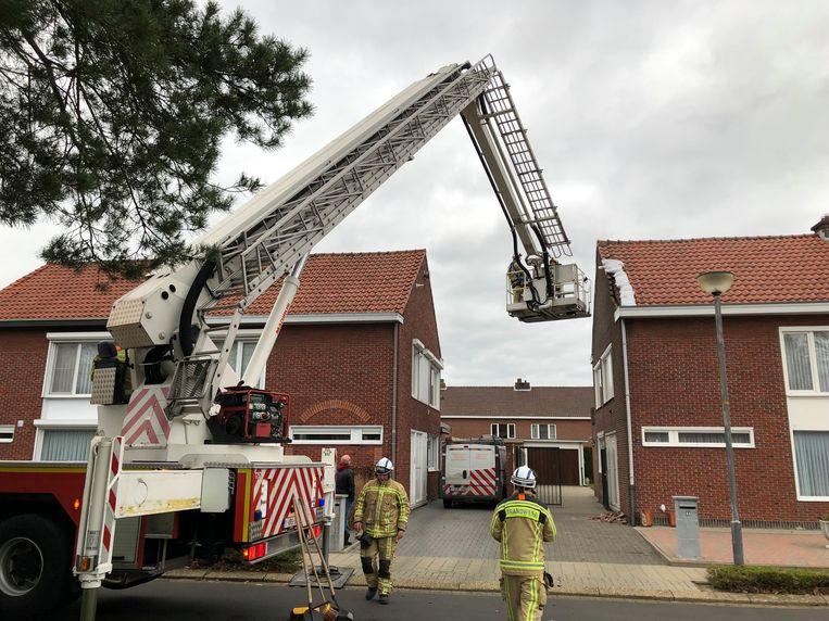 De brandweer legde zandzakjes op het dak om erger te voorkomen