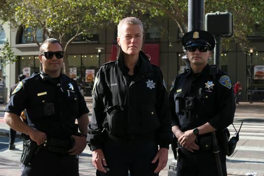 Ellie Lust (midden) in San Francisco, tijdens haar werk voor de serie 'Ellie op Patrouille'.