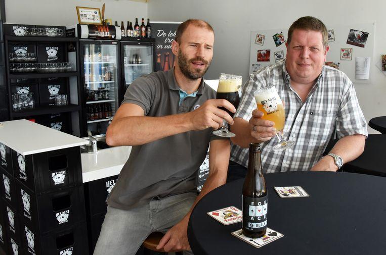 Gust Hermans en Bart Cuypers in het proeflokaal van Brouwerij Het Nest