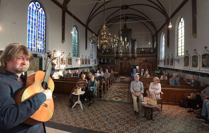 Concert in de kerk met dertig man publiek.