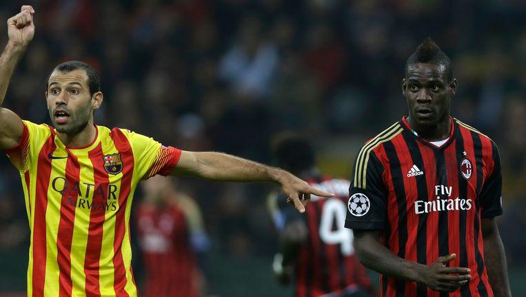 Mascherano vraagt om een kaart voor Balotelli. Beeld AP