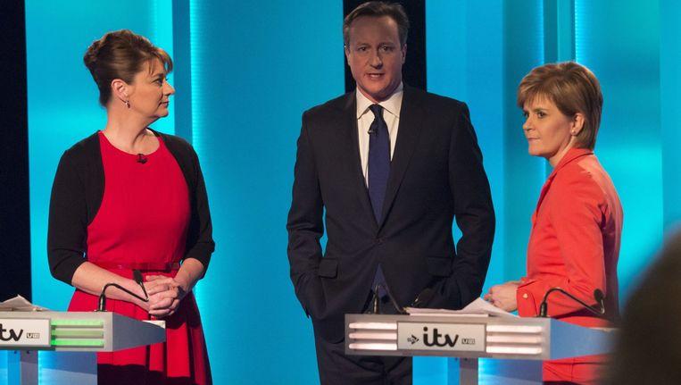 De Britse premier David Cameron tussen Leanne Wood van de nationalistische partij uit Wales, Plaid Cymru (links), en Nicola Sturgeon, leidster van de de Schotse Nationale Partij. Beeld epa