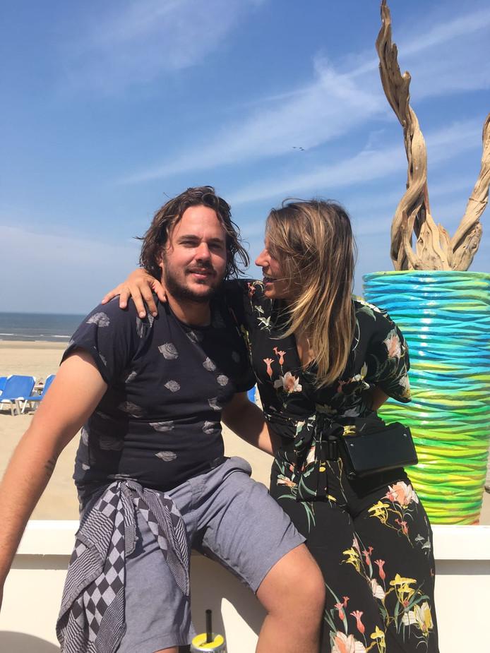 Paul de Kanter en Bauke Groothuis bij hun strandtent in Zandvoort.