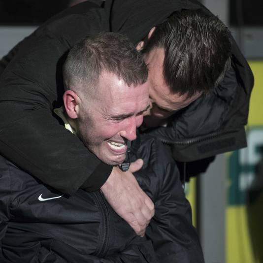 Fernando Ricksen in tranen bij de onthulling van zijn standbeeld buiten het stadion van Fortuna Sittard.