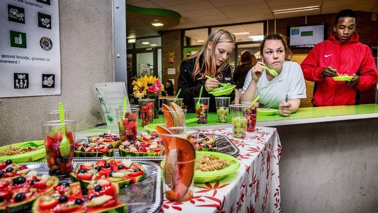 Het Clusius College heeft vier groentebedden, een kippenhok, geitenstal en grote kassen. Beeld Jean-Pierre Jans
