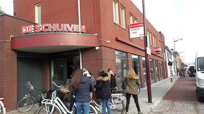 Bij De schuiven in Oudenbosch kun je niet meer pinnen door een internetstoring. Dat kost de horecazaak omzet, zegt eigenaar Liyi Chen.
