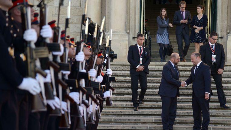 Voorzitter van het Europees parlement Martin Schulz wordt begroet door premier van Malta Joseph Muscat aan de vooravond van de EU - Afrika top over migratie in La Valletta. Beeld afp