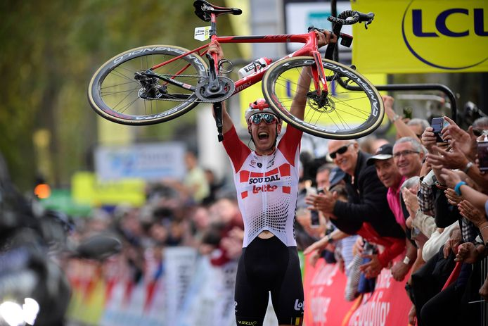 De juichende Jelle Wallays na z'n glansrijke overwinning in Parijs-Tours.