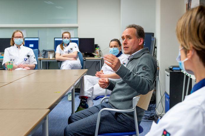Arts-microbioloog Jean-Luc Murk geeft het zorgpersoneel van het ETZ uitleg over het vaccin