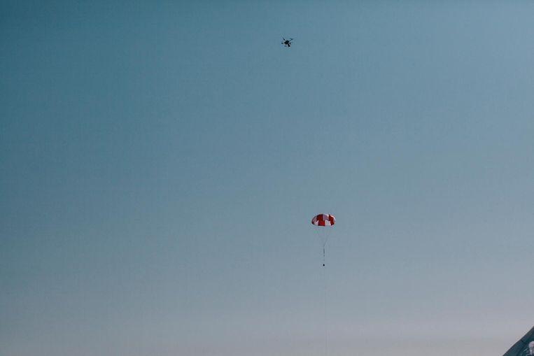 De drone kan ander drones vangen met een net of een parachute. Beeld Marcel Wogram