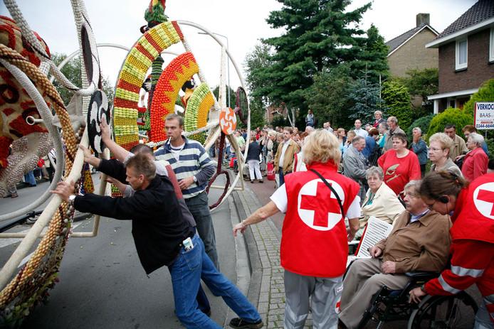 Inzet van het Rode Kruis tijdens een eerder Fruitcorso in Tiel.