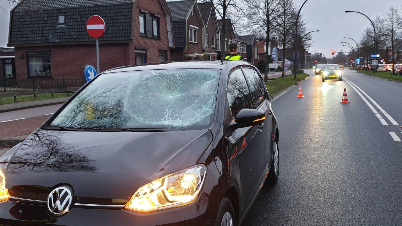 Een voetganger is vrijdagmiddag in Hengelo met spoed naar het ziekenhuis gebracht na een botsing met een auto.