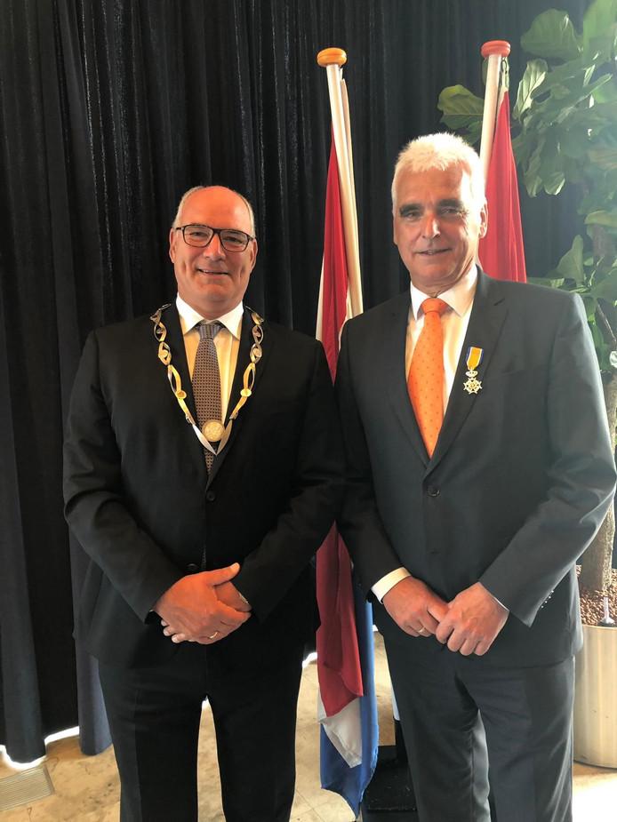 Wethouder De Vries en burgemeester Van Kooten na de uitreiking van de koninklijke onderscheiding eerder dit jaar.