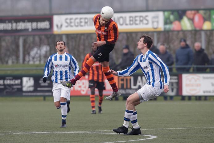 Joshua Palm (koppend, voor FC Zutphen) speelt volgend seizoen voor Be Quick Zutphen.