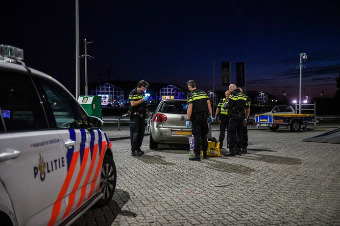 Bij tankstation BP aan de Leidse Schouw in Alphen zijn een man en vrouw uit Utrecht aangehouden. Ze waren in het bezit van een vuurwapen.