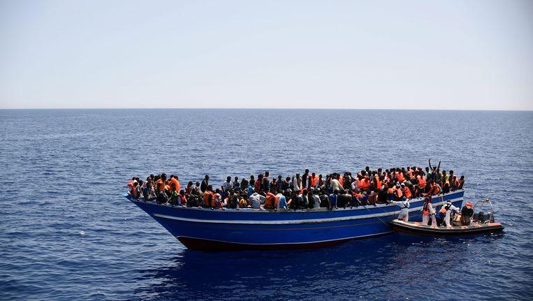 Vluchtelingen worden gered door de Italiaanse marine. Beeld ap